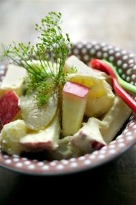 Kartoffelsalat med æble og sylteagurker