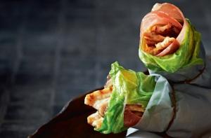 Stegt flæsk med coleslaw i spidskål og skinke